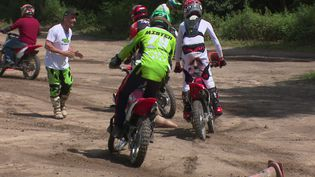 Pendant ces séances de motocross, les jeunes sont encadrés par des moniteur. (France 3 Rhône-Alpes)