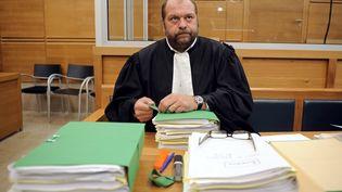 Eric Dupond-Morettidans la salle d'audience de la cour d'assises d'Aix-en-Provence (Bouches-du-Rhône), le 2 novembre 2010. (ANNE-CHRISTINE POUJOULAT / AFP)