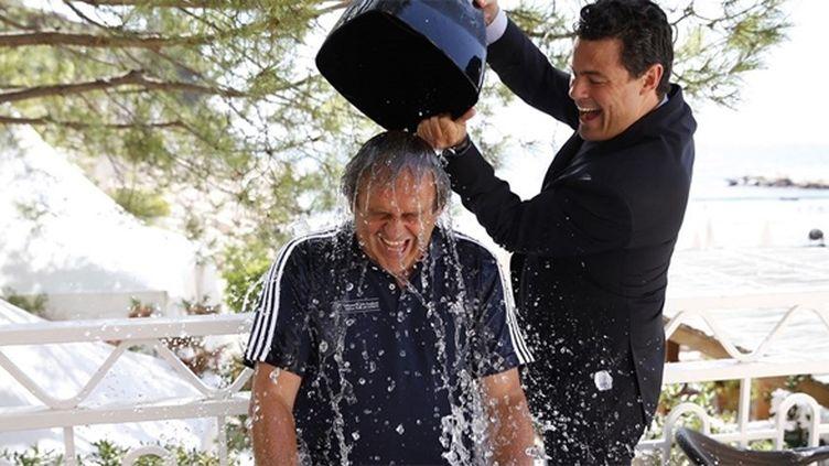 Michel Platini relève le défi de l'Ice bucket challenge