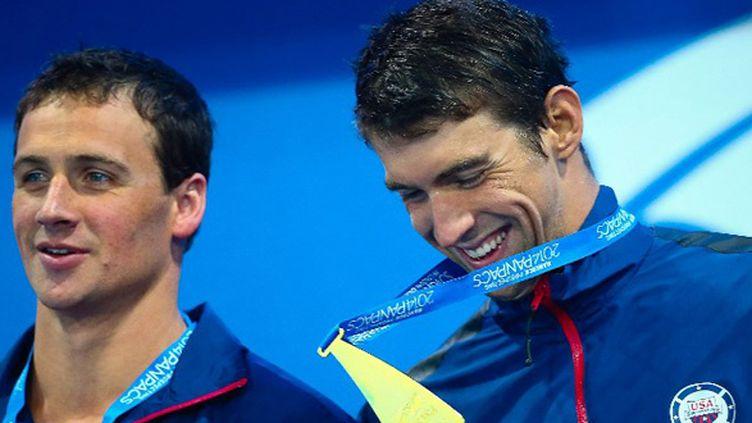 Michael Phelps tout sourire avec Ryan Lochte (à gauche) (PATRICK HAMILTON / AFP)