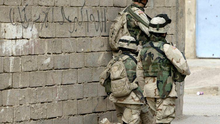 Soldats américainsen position à Ramadi, à 100 kilomètres à l'ouest de Bagdad (en Irak) en novembre 2004. (AHMAD AL-RUBAYE / AFP)