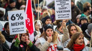 Manifestation pour obtenir 6% d'augmentation salariale à Munich (Allemagne), le 22 mars 2018. (LINO MIRGELER / DPA)