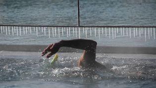 Un homme nage dans une piscine découverte de Strasbourg (Bas-Rhin), le 26 février 2018, alors que la température extérieure est de -10°C. (FREDERICK FLORIN / AFP)