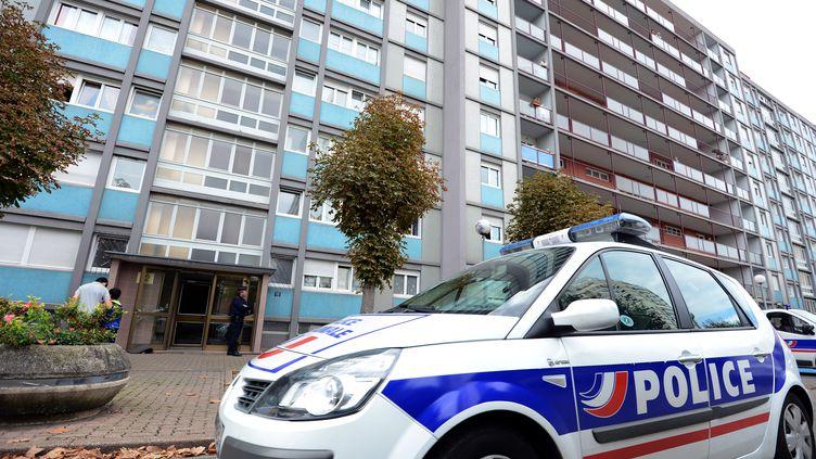 Une voiture de police devant l'immeuble de Strasbourg (Bas-Rhin) où un homme suspecté d'activités terroristes a été tué par les forces de l'ordre le 6 octobre 2012. (PATRICK HERTZOG / AFP)