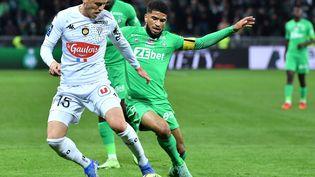 Mahdi Camara et Pierrick Capelle au duel lors de la 11e journée de Ligue 1 entre Saint-Etienne et Angers, le vendredi 22 octobre 2021 à Geoffroy-Guichard. (PHILIPPE DESMAZES / AFP)