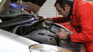Un garagiste effectue un contrôle technique à Lens (Pas-de-Calais), le 5 janvier 2012. (LA VOIX DU NORD / MAXPPP)