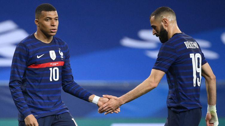 Kylian Mbappé et Karim Benzema avec les Bleus le 2 juin 2021. (FRANCK FIFE / AFP)