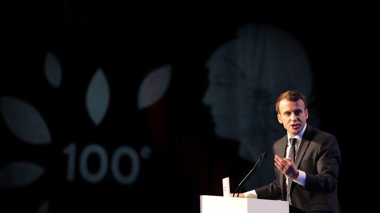 Emmanuel Macron au 100e Congrès de l'Association des maires de France, jeudi 23 novembre, à Paris. (LUDOVIC MARIN / AFP)