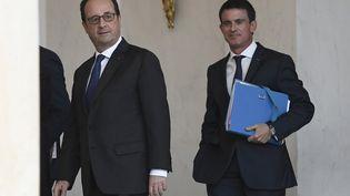 François Hollande et Manuel Valls, sortantdu Conseil des ministres, le 23 novembre 2016 à Paris. (STEPHANE DE SAKUTIN / AFP)