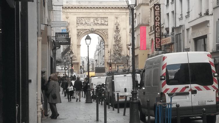 La rue Saint-Denis, à Paris, lundi 30 mars 2015, où les prostituées sont opposées à la pénalisation des clients. (F. MAGNENOU / FRANCETV INFO)