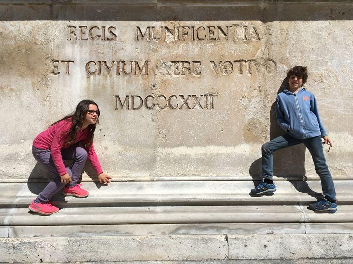 Mathilde et Paul dans la cité romaine de Nîmes, sur les marches de l'ancien forum appelé, temple carré. (INGRID POHU / RADIO FRANCE)