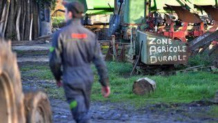 Un agriculteur à La Vache rit, une ferme située sur la Zone à défendre de Notre-Dame-des-Landes (Loire-Atlantique), le 17 janvier 2018. (LOIC VENANCE / AFP)