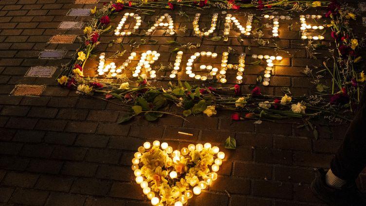 Des manifestants rendent hommage à Daunte Wright, le 12 avril 2021 à Seattle, Washington. Cet homme noir a été tué par un officier qui, selon les autorités, a confondu son revolver de service avec un Taser. (DAVID RYDER / GETTY IMAGES NORTH AMERICA)