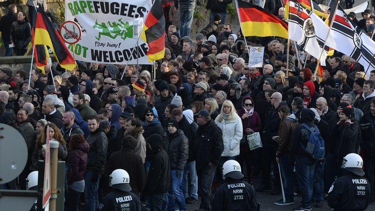 Plusieurs centaines de manifestants ont défilé contre les migrants à Cologne (Allemagne), samedi 9 janvier 2016, à l'appel du mouvement islamophobe Pegida. (ROBERTO PFEIL / AFP)