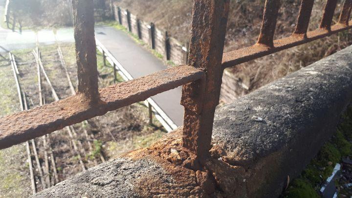 Les barrières du pont sont rouillées et abîmées. (FARIDA NOUAR / RADIO FRANCE)