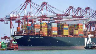 Un porte-conteneurs dans le port de Qingdao, en Chine, le 10 juin 2019. (YU FANGPING / IMAGINECHINA / AFP)