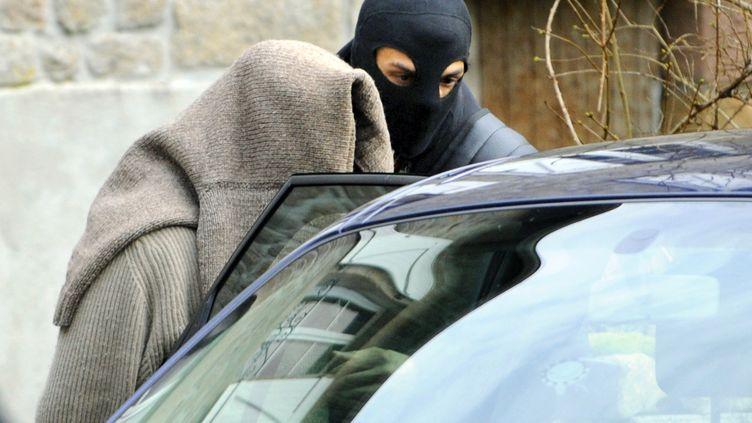 """Un membre du """"groupe de Tarnac"""", arrêté par la police antiterroriste, le 11 novembre 2008 à Tarnac (Corrèze). (THIERRY ZOCCOLAN / AFP)"""