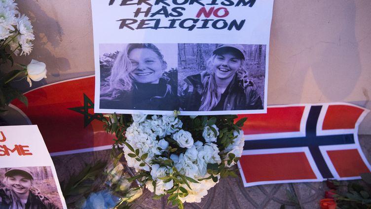 Le portrait des deux jeunes femmes victimes des terroristes, disposé avec des fleurs et des drapeaux norvégien et marocain, le 21 décembre 2018, au Maroc. (FADEL SENNA / AFP)