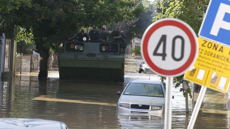 Un véhicule amphibie parcourt une rue inondée de laville serbe d'Obrenovac, à 30 km au sud-ouest de Belgrade, le 18 mai 2014 (DARKO VOJINOVIC / AP / SIPA )
