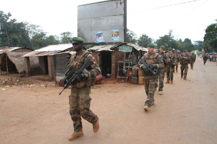 Des soldats français en patrouille au nord de Bangui, la capitale de la Centrafrique, lors de l'opération Sangaris le 25 septembre 2015. (EDOUARD DROPSY / AFP)