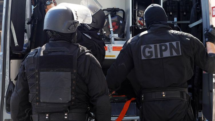 Des hommes du Groupe d'intervention de la police nationale (GIPN) lors d'une opération antiterroriste à Cannes (Alpes-Maritimes), le 6 octobre 2012. (JEAN-CHRISTOPHE MAGNENET / AFP)