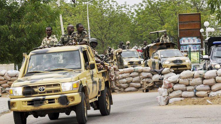 (Un couvre-feu a été décrété et les grands axes fermés par l'armée nigériane © Maxppp)