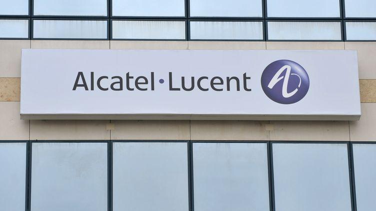 La façade d'un bâtiment d'Alcatel-Lucent, à Vélizy-Villacoublay (Essonne), le 23 juillet 2009. (ERIC PIERMONT / AFP)