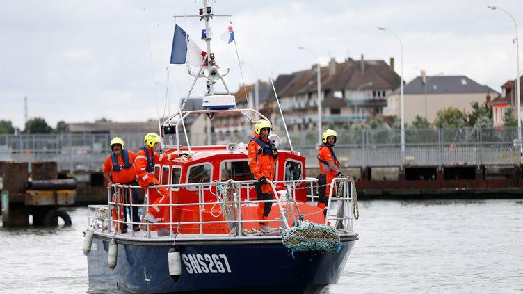 Des sauveteurs de la SNSM du Calvados, qui remorquait le chalutier des trois marins-pêcheurs disparus dans la nuit du 14 au 15 janvier 2021, ici le 29 juin 2017 à Ouistreham. (CHARLY TRIBALLEAU / AFP)