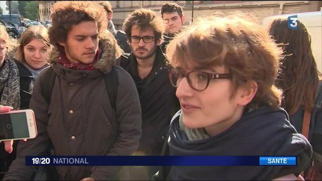 Paris : solidarité autour d'une lycéenne privée de cours car en fauteuil roulant