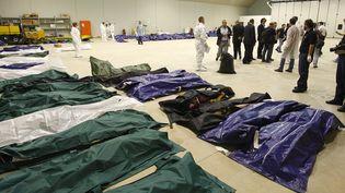Les corps des victimes du naufrage de Lampedusa (Italie) entreposés dans un hangar de la ville, le 3 octobre 2013. ( REUTERS)