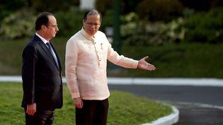 Le président philippin Benigno Aquino et François Hollande à Manille (Philippines), le 26 février 2015. (NOEL CELIS / AFP)