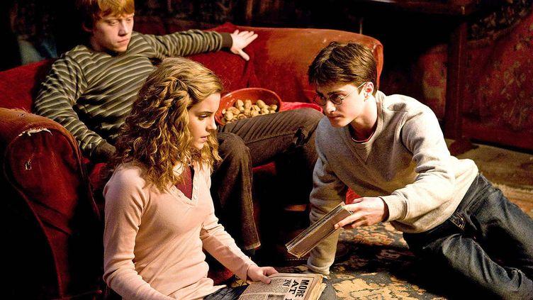 """(De gauche à droite) Rupert Grint, Emma Watson et Daniel Radcliffe jouent Ron, Hermione et Harry dans le film """"Harry Potter et le prince de sang mêlé"""". (FAMOUS-ACE PICTURES/NEWSCOM/SIPA / SIPA USA)"""