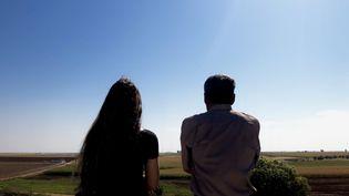 Ali et Xazale regardent la frontière syrienne depuis leur village turc. (MATTHIEU MONDOLONI / FRANCEINFO)