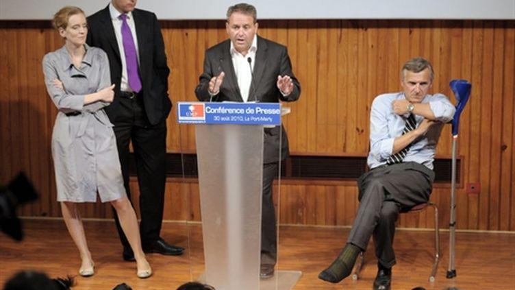 Le secrétaire général de l'UMP Xavier Bertrand, face à la presse à l'issue du séminaire de travail, le 30 août 2010. (AFP - Miguel Medina)