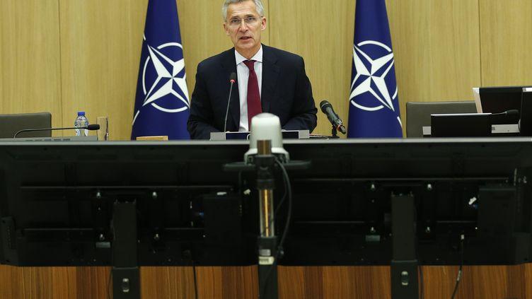 Le secrétaire général de l'OTAN Jens Stoltenberg lors d'une conférence à Bruxelles, le 17 juin 2020. (FRANCOIS LENOIR / REUTERS / POOL / ANADOLU AGENCY / AFP)