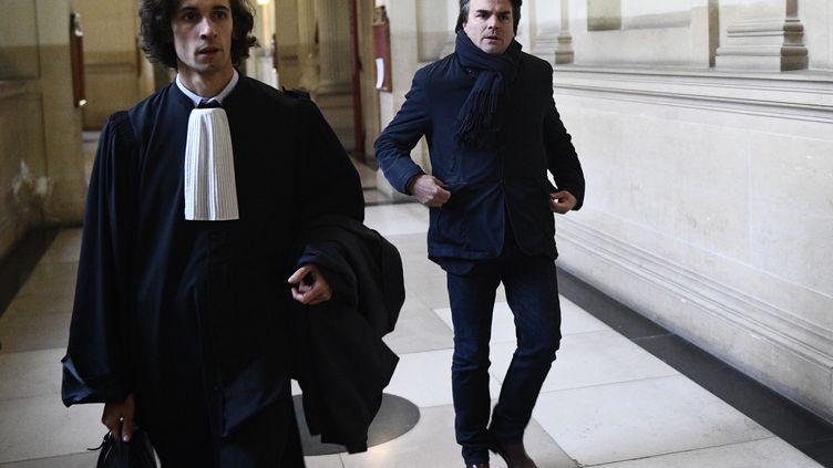 Thomas Thévenoud (à droite) et son avocat Martin Reynaud, le 6 décembre 2017 au tribunal de Paris. (MARTIN BUREAU / AFP)