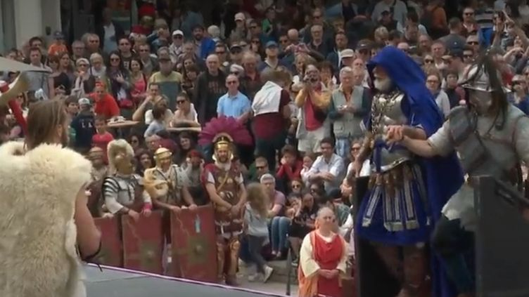 Chaque année, à Nîmes (Gard), pendants quelques jours, petits et grands se prennent au jeu et travaillent comme au temps de César. (CAPTURE D'ÉCRAN FRANCE 2)