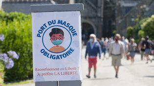 Un panneau qui indique que le port du masque est obligatoireà l'extérieur dans le centre de Locronan en Bretagne, le 3 août 2020. (QUEMENER YVES-MARIE / MAXPPP)
