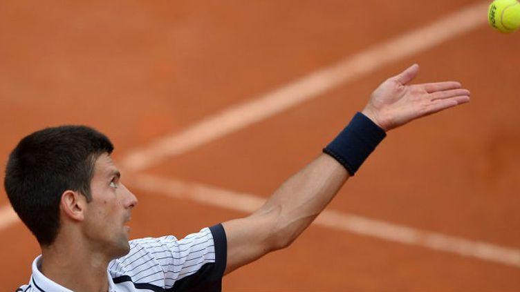 Le N.1 mondial, Novak Djokovic, au service
