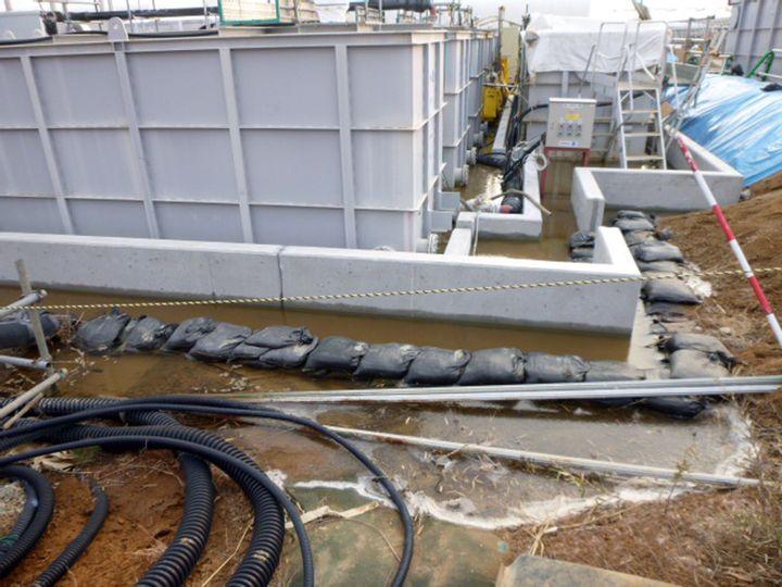 Photo diffusée par Tepco le 20 février 2014 montrant une fuite dans la centrale nucléaire accidentée de Fukushima (Japon). (TEPCO / AFP)