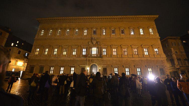 En Italie, devant l'ambassade de France et le Palais Farnèse, à Rome. (TIZIANA FABI / AFP)