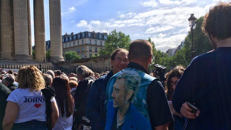 Les fans de Johnny sur le parvis de La Madeleine à Paris avant l'hommage  (Nathalie Hayter)