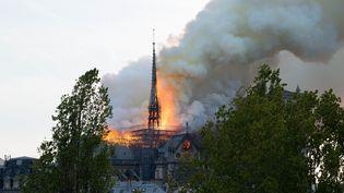 La flèche de la cathédrale Notre-Dame de Paris en feu, lors de l'incendie du 15 avril 2019. (JEAN MARIE LERAT/SIPA)