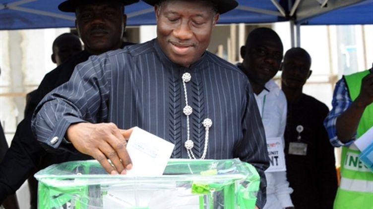 Le président nigérian sortant Goodluck Jonathan votant au scrutin présidentiel le 17 avril 2011 à Otuoke (AFP/PIUS UTOMI EKPEI)
