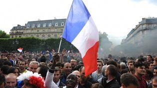 Des supporters de l'équipe de France, place de l'Hôtel de Ville, lors du match de 8e de finale entre la France et le Nigéria le 30 juin 2014 au Brésil. (NATHANAEL CHARBONNIER / FRANCE-INFO)