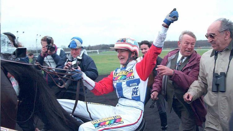 La Suédoise Helen Johansson lève le poing après son succès triomphal au Prix d'Amérique, le 29 janvier 1995. (GERARD FOUET / AFP)