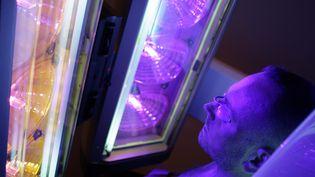 """Les UV artificiels présentent un risque """"avéré"""" de cancer selon l'Anses. (AUGROS PIERRE / MAXPPP)"""