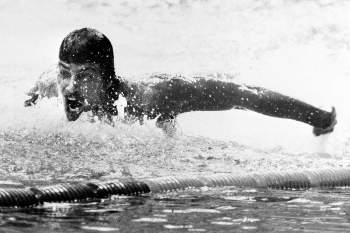 Mark Spitz lors de sa victoire en finale du 200m papillon lors des JO de 1972 à Munich. Le nageur américain y remportera 7 médailles d'or. (EPU / AFP)