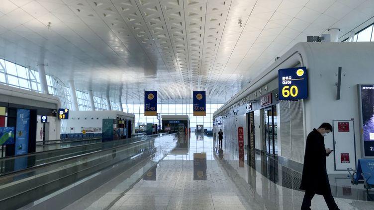 A l'aéroport de la ville de Wuhan (Chine), considérée comme l'épicentre de l'épidémie de coronavirus, le 23 janvier 2020. (LEO RAMIREZ / AFP)