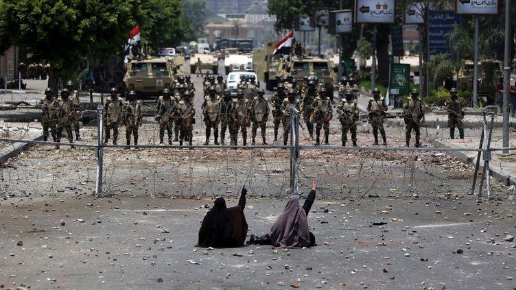 Des supporters du président déchu Mohamed Morsi font face à l'armée, le 8 juillet 2013, au Caire. (MAHMUD HAMS / AFP)